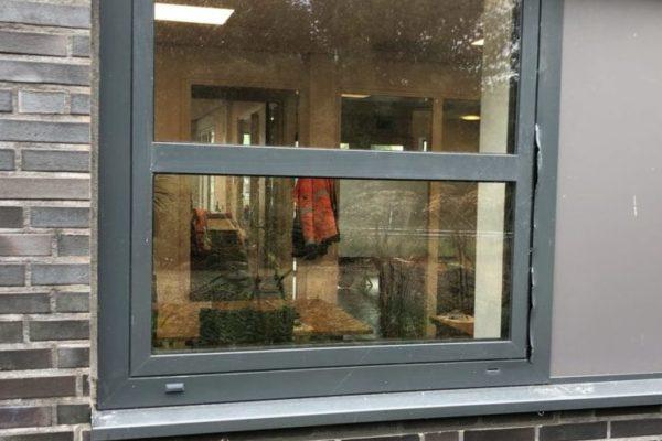Aluminium raam met inbraakschade