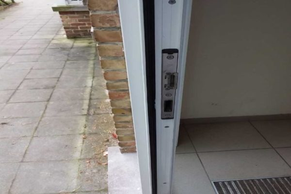 Gerepareerde aluminium deur na inbraakschade