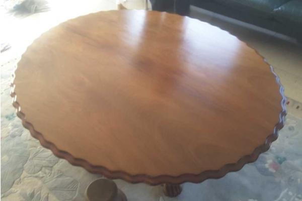 Houten tafel na herstel