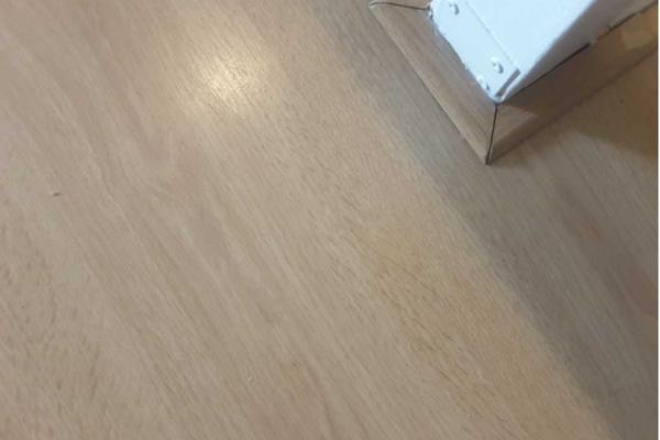 Gerepareerde laminaatvloer na schade