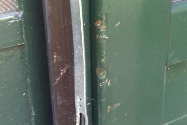Beschadigd folie aan de deur