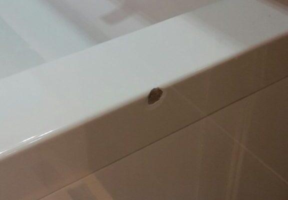 Beschadigde wasbak in badkamer